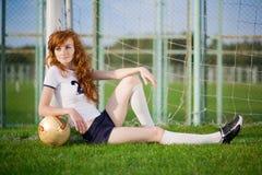 Gesundes schönes Mädchen mit Freckles auf Fußballplatz stockfoto
