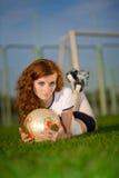Gesundes schönes Mädchen mit Freckles auf Fußballplatz Lizenzfreies Stockbild