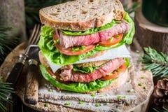 Gesundes selbst gemachtes Sandwich mit Rindfleisch und Gemüse Stockfotos