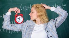 Gesundes tägliches Regime Erzieheranfangslektion Sie interessiert sich für Disziplin Lehreringriffwecker Lektionszeitplan lizenzfreies stockbild
