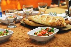 Gesundes türkisches Mittagessen mit Salat und Brot Lizenzfreies Stockfoto