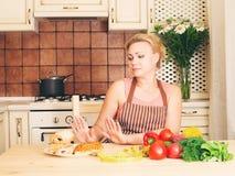 Gesundes und der ungesunden Fertigkost Konzept Hausfraufrau mit Gemüse r stockfotos
