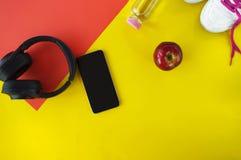 Gesundes und nährendes Konzept, flatlay, gelber Hintergrund mit Co lizenzfreie stockbilder