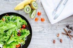 Gesundes und sauberes Lebensmittelmischungsobst und gemüse der Draufsicht, Mischung der gesunden Ernährung des Frischgemüsesalats stockbilder