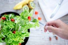 Gesundes und sauberes Lebensmittelmischungsobst und gemüse der Draufsicht, Mischung der gesunden Ernährung des Frischgemüsesalats stockfotografie