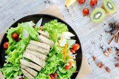 Gesundes und sauberes Lebensmittelmischungsobst und gemüse der Draufsicht, Mischung der gesunden Ernährung des Frischgemüsesalats lizenzfreies stockbild