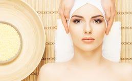 Gesundes und schönes Mädchen, das Badekur erhält Frau in Badekurort s Lizenzfreie Stockbilder
