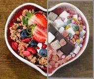 Gesundes und ungesundes Lebensmittel Choise Essen des Konzeptes Stockbilder