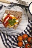 Gesundes, vegetarisches Frühstück mit knusprigem Brot, Quark und Paprika stockfotografie