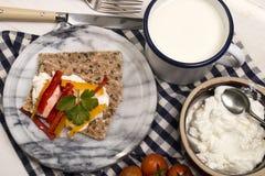 Gesundes, vegetarisches Frühstück mit knusprigem Brot, Quark und Paprika stockfoto