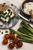 Gesundes, vegetarisches Frühstück mit Zwiebel des knusprigen Brotes, des Quarks und des Frühlinges stockbild