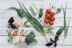 Gesundes vegetarisches Lebensmittel auf weißem rustikalem hölzernem Hintergrund lizenzfreies stockfoto