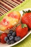 Gesundes Wüsten-Muffin und Frucht Lizenzfreie Stockfotos