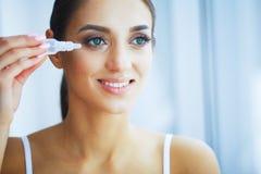 gesundheit Junge Frau wenden Augentropfen an Neue Ansicht Portrait einer schönen Frau mit grünen Augen Hohe Auflösung stockfotografie