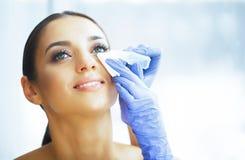 gesundheit Junge Frau wenden Augentropfen an Neue Ansicht Portrait einer schönen Frau mit grünen Augen Hohe Auflösung stockbild