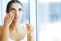gesundheit Junge Frau wenden Augentropfen an Neue Ansicht Portrait einer schönen Frau mit grünen Augen Hohe Auflösung stockbilder