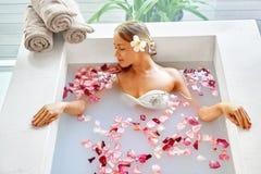 Gesundheit, Schönheit Frauen-Badekurort-Körperpflege Entspannende Blume Rose Bath Stockfoto