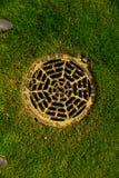 Gesundheitliches Abwasserkanaleinsteigeloch im Park Stockbilder