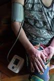 Gesundheits-Check-Blutdruck der Männer lizenzfreies stockfoto