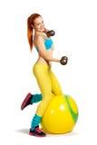 Gesundheits- und Eignungsfrau in der Turnhallenausstattung mit einem Pilates-Ball Lizenzfreie Stockfotografie