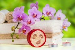 Gesundheitsbadekurort und Blumenorchidee. Badekur - entspannen Sie sich mit Kerzen. Stockbild