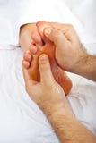 Gesundheitsfürsorger geben reflexology Massage stockbild