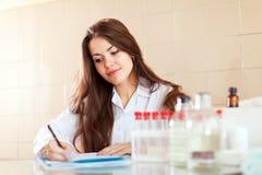 Gesundheitskrankenschwester im Labor Lizenzfreie Stockbilder