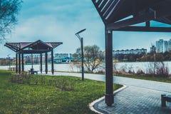 Gesundheitsrücksortierung Belokurikha, Altay, Sibirien Straßenlaterne mit Baum und Himmel im Hintergrund Lizenzfreie Stockbilder