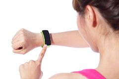 Gesundheitssportfrau, die intelligente Uhr trägt Stockbilder