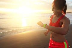 Gesundheitssportfrau mit intelligenter Uhr Stockbilder