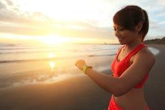 Gesundheitssportfrau mit intelligenter Uhr Lizenzfreies Stockbild
