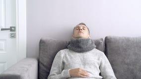 Gesundheitswesen, Grippe, Hygiene und Leutekonzept Kranker Mann, der zu Hause Medizin nimmt stock video footage