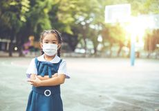 Gesundheitswesen - Mädchen, das eine Schutzmaske trägt Lizenzfreie Stockfotografie