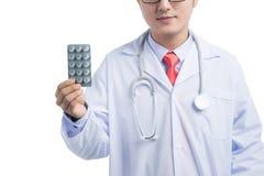 Gesundheitswesen und medizinisches Konzept - asiatischer Meldoktor mit Blase p Stockfotografie