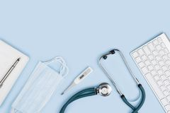 Gesundheitswesen- und Medizinkonzept Medizinische Werkzeuge lokalisiert auf blauem Hintergrund lizenzfreies stockbild