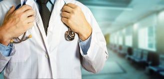 Gesundheitswesen- und Medizinkonzept Unerkennbares männliches Stethoskop Doktor-Holds Hands On stockbilder