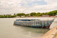 Gesunkenes Schiff im Hafen von Jaffna stockbild