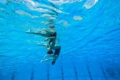 Gesynchroniseerd Team Swimming Girls Royalty-vrije Stock Afbeeldingen