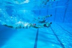 Gesynchroniseerd Team Swimming Girls Stock Afbeeldingen