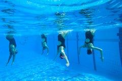 Gesynchroniseerd Team Swimming Girls Stock Fotografie