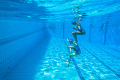 Gesynchroniseerd Team Swimming Girls Stock Foto