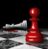 Getöteter Schachkönig und -pfand an Bord. Murdersymbol. Stockfotografie