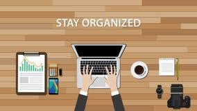 Get组织了与人工作的工作区在他的书桌上 免版税库存照片
