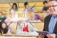 Get ha compreso contro il conferenziere che sta davanti alla sua classe nel corridoio di conferenza Fotografia Stock