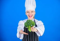 Get a inspiré pour manger du chou Chef professionnel donnant le chou de brocoli de vitamine Madame font cuire le sourire avec le  photos stock