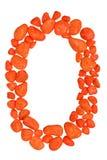 Getal nul of letter O van oranje die kiezelstenen wordt op witte achtergrond worden geïsoleerd gemaakt die Stock Fotografie