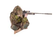 Getarnter Scharfschütze in ghillie Klage Stockbild