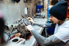 Getatoeeerd Mechanisch Assembling Engine Parts stock afbeeldingen