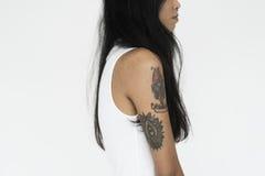Getatoeeerd Vrouw Geïsoleerd Portretconcept Stock Foto