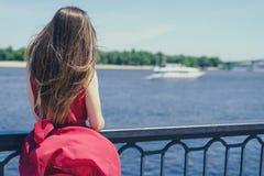 Getawaylove för staden för himmelmolnaffärsföretaget tycker om ensamt ensamt enkelt lyckabegrepp Fostra tillbaka bak siktsfotostå arkivfoto